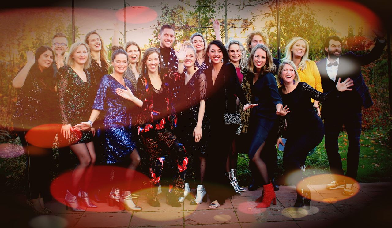 5bcfc6344cc0e5 Het (prachtige) team van de Fashion Academy showt de feest trends!  laugh