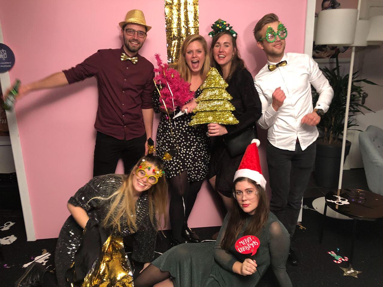 28e70296a86319 iwehkamp crew deelt de kerstcadeaus uit!  laugh. Het Wehkamp-team ...